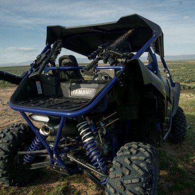 yamaha yxz in desert with dual 1070 gun racks mounted on roll bars holding ar15s